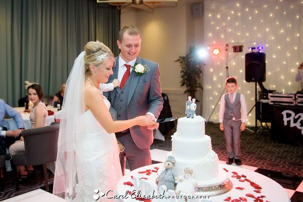 Cutting the wedding date