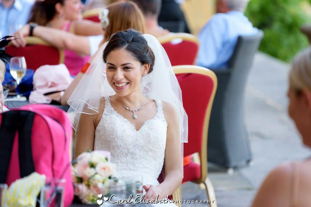 Reportage photo of bride chatting