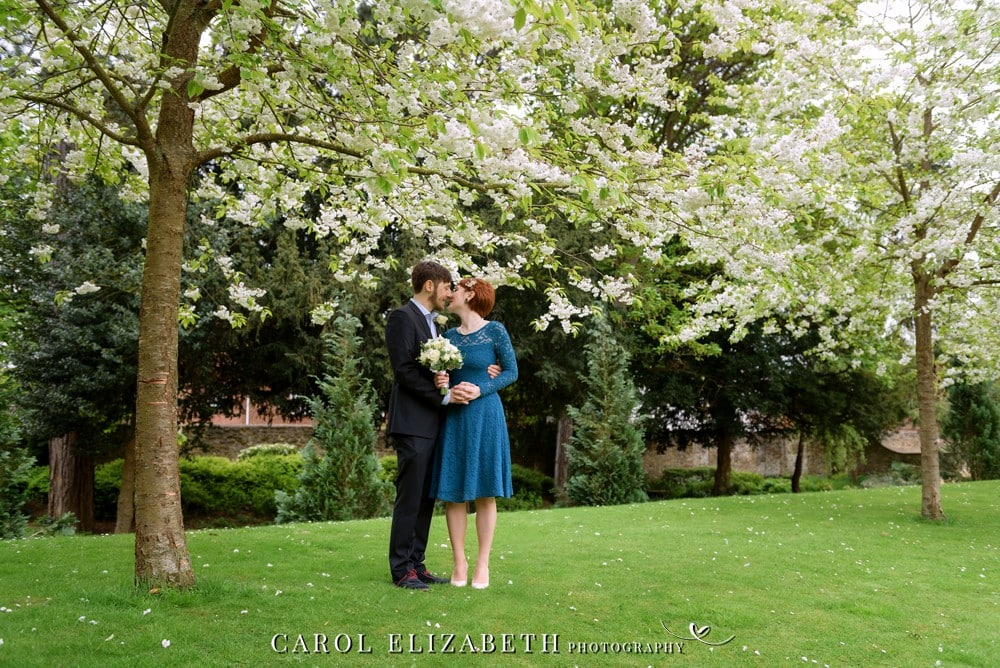 Professional wedding photographer in Abingdon and Oxfordshire - summer weddings at Abingdon Register Office