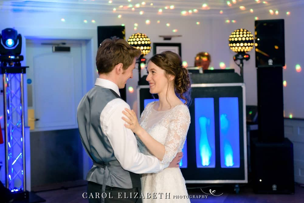 Oxford wedding photographer first dance at Voco Oxford Thames